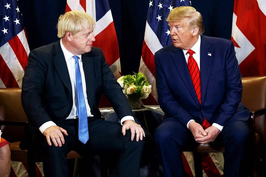 英國首相強生堪稱是美國總統川普最忠實的盟友之一,不過兩人的兄弟情可能已逐漸消散,據英國媒體報導,在美國強烈要求英國拒用華為5G設備之後,強生就試圖和川普保持距離,英國政府私底下更巴不得川普在11月大選中輸給拜登,看不慣川普惹人厭的作風。(資料照/美聯社)