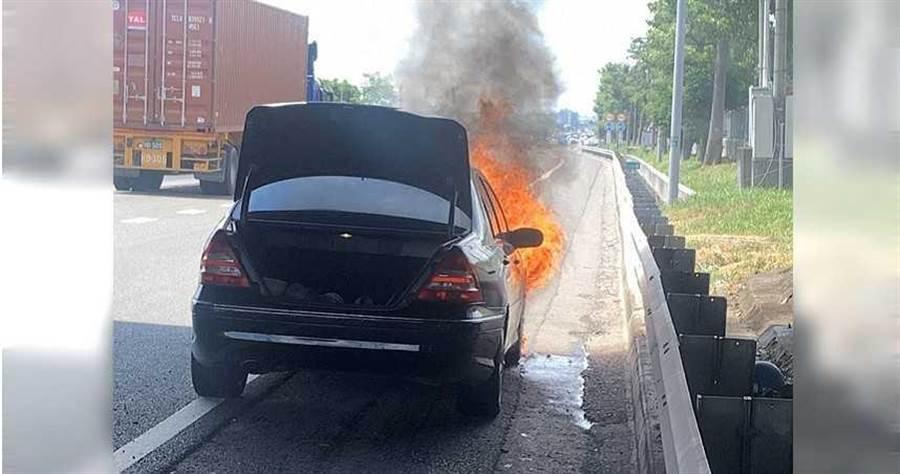 賓士車開在國道上突然冒煙,駕駛趕緊停在路邊,警消抵達時,車輛已經燒得剩骨架,起火原因警消還要調查。(圖/翻攝畫面)