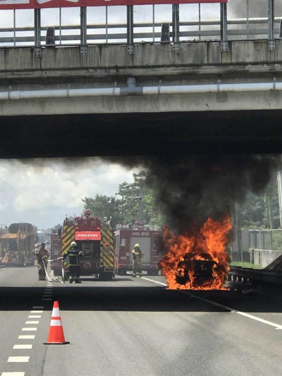 國道1號上,賓士車不明原因起火燃燒,大火來的又急又快,瞬間即將整輛車吞噬。(圖/翻攝畫面)