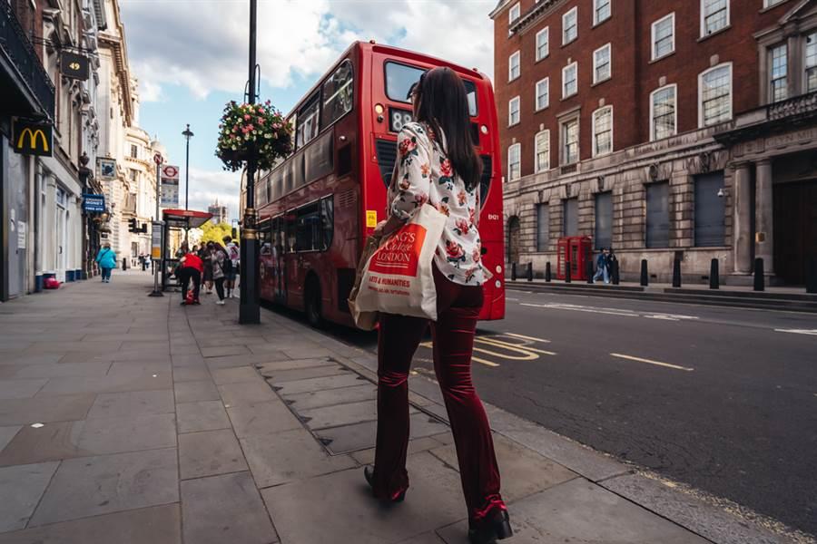 日前有一名外型亮麗的女網友在臉書《爆怨公社》發文表示,自己搭公車時忘記戴口罩,沒想到司機下秒舉動讓她感動不已。(圖取自達志影像/示意圖非當事人)