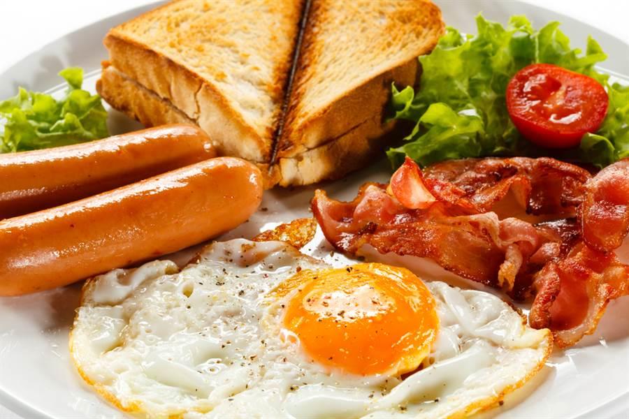雞蛋不能跟熱狗一起吃?營養師揭:真正致癌的是它。(示意圖/達志影像)