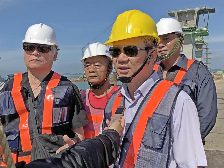 國登營造董事長洪金富帶領重要幹部登橋抗議,希望獲得合理解決。(李金生攝)