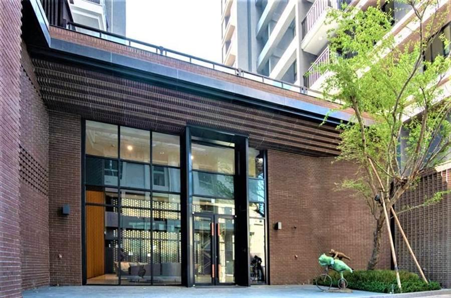 (外观选用「清水红砖」呈现立面质感的「总太织筑」,荣获「2020国家卓越建设奖」的肯定!图/曾丽芳)