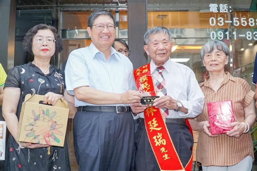 縣長楊文科(左二)恭賀林廷瑞(右二)獲選新竹縣模範父親,指林是發現台灣豬隻口蹄疫的先驅者,公務員生涯奉公守法,為民謀福祉,是他的典範。(羅浚濱攝)