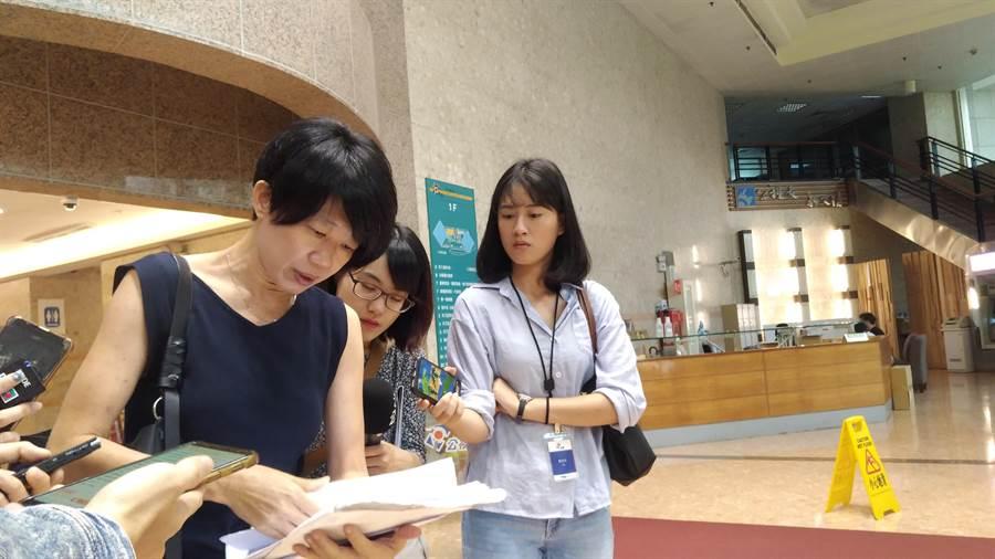 公視董事馮小非拿出文件以示國際英語影音平台計畫內容。(王寶兒攝)