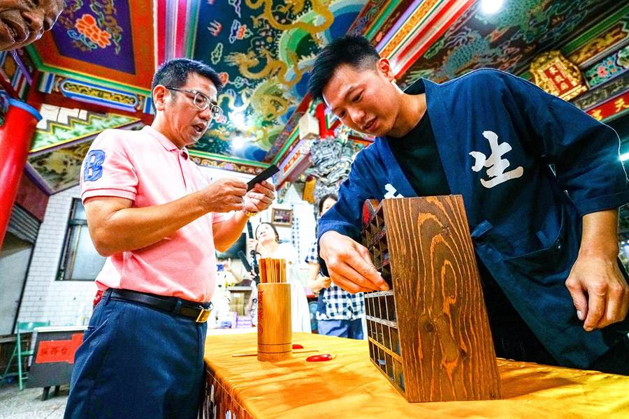 舊城東嶽藝文節將在8月1、2日舉行,宜蘭市長江聰淵(左)今邀請鄉親參加,並體驗復刻的求藥籤文化。(李忠一攝)