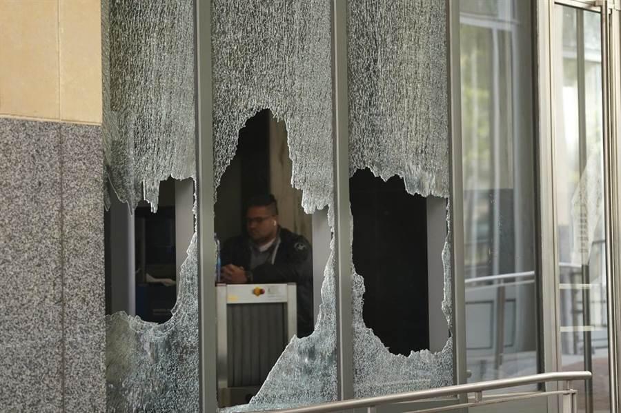 加州奧克蘭的遊行,出現抗爭者砸窗並焚燒法院。(圖/美聯社)