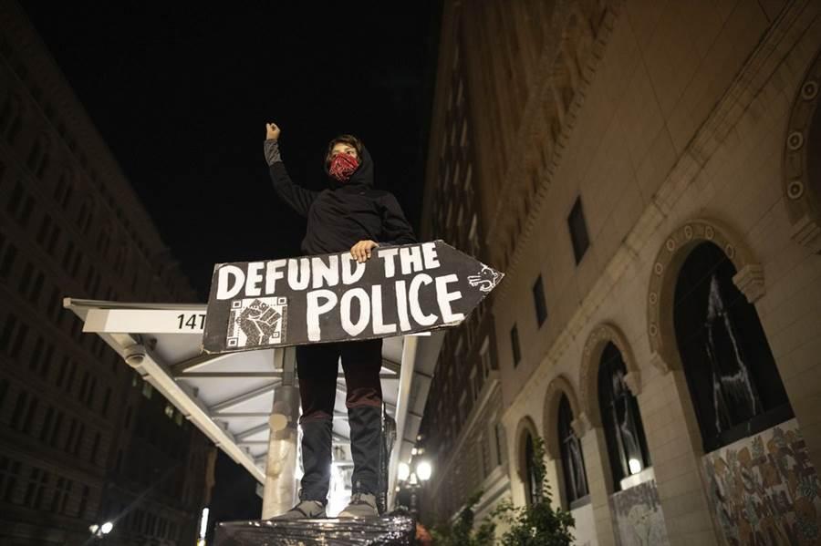 抗爭者拿著「警察離開」的標語。(圖/美聯社)