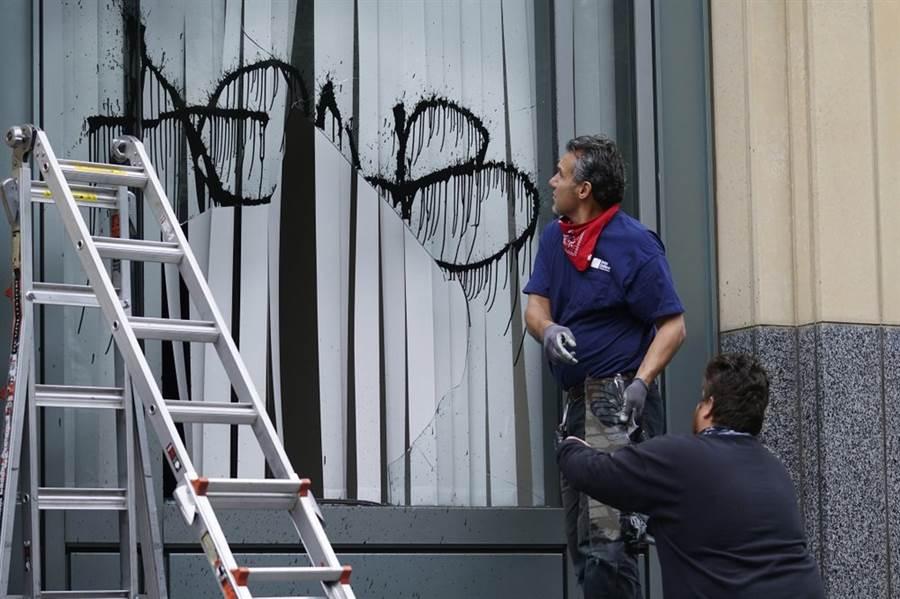 抗爭者破壞窗戶,並胡亂噴漆。(圖/美聯社)