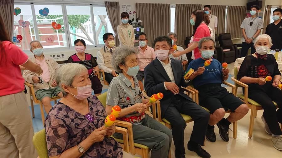 衛福部長陳時中(黑西裝者)參觀部立台南醫院日照中心,並與長輩同樂。(程炳璋攝)