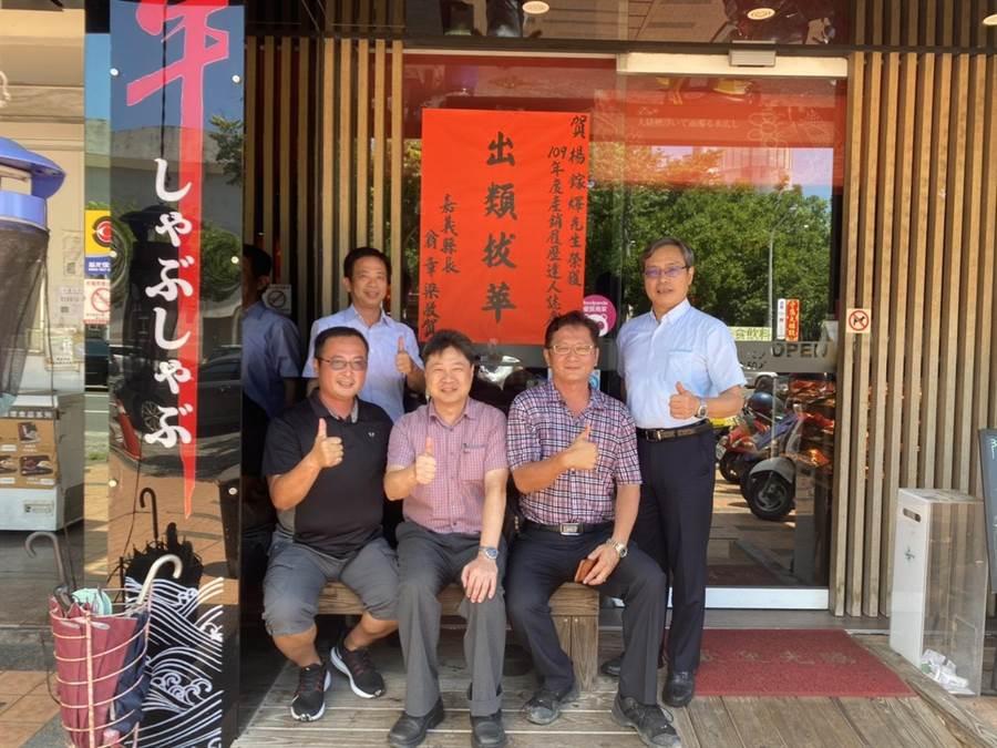 楊鎵燡(前排左一)畜牧場飼育純種台灣黃牛,目前極力發展直營門市及餐廳,拓展多樣化牛肉加工產品。(嘉義縣政府提供/張毓翎嘉義傳真)