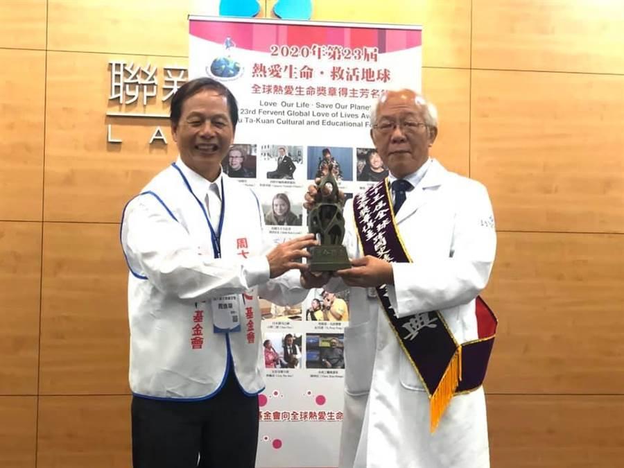 周大觀文教基金會創辦人周進華(左)頒給許詩典(右)全球熱愛生命獎章。(呂筱蟬攝)