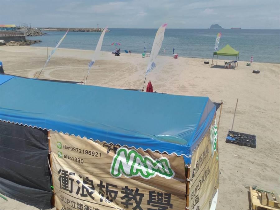 新北萬里「小野柳」石角沙灘,有業者經營香蕉船等水上活動,遭質疑占地營利。(許家寧攝)