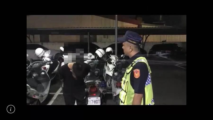 潮州酒醉男跳上警車比YA還自PO網,醒後遭警方依妨害公務送辦。(讀者提供/謝佳潾屏東傳真)