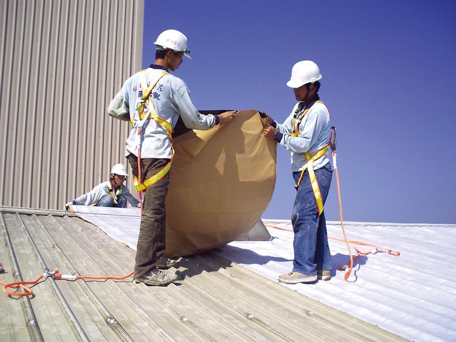 固黏氈,可提供一次解決防水、隔熱、隔音、防鏽問題。圖/昭志工業提供