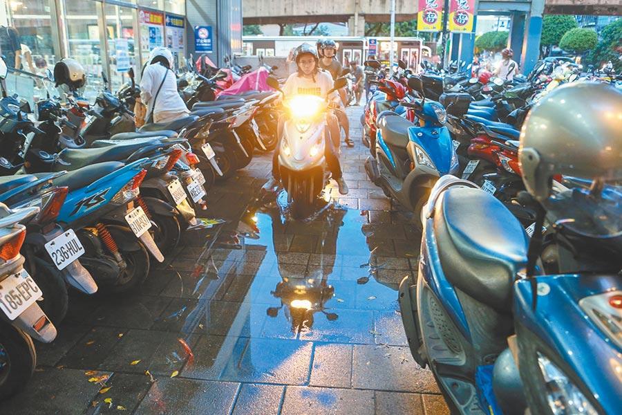 財政部表示,車輛移動汙染源是造成台灣空汙主因之一,因此必須負擔貨物稅,引爆機車族怒火,紛紛上網開嗆。(鄧博仁攝)