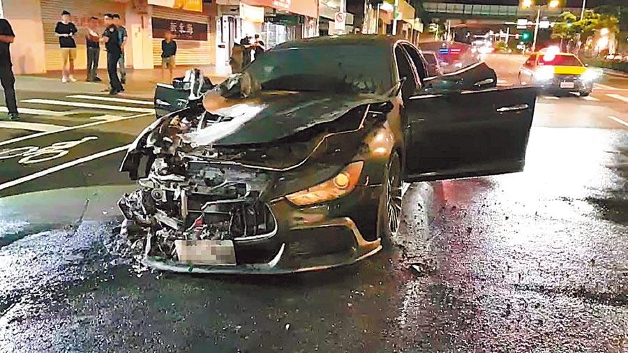 甘姓男子26日凌晨駕駛瑪莎拉蒂跑車,行經台北市南京東路二段時引擎突然冒煙失火,車頭嚴重毀損,警方將調查起火原因。(翻攝畫面/胡欣男台北傳真)