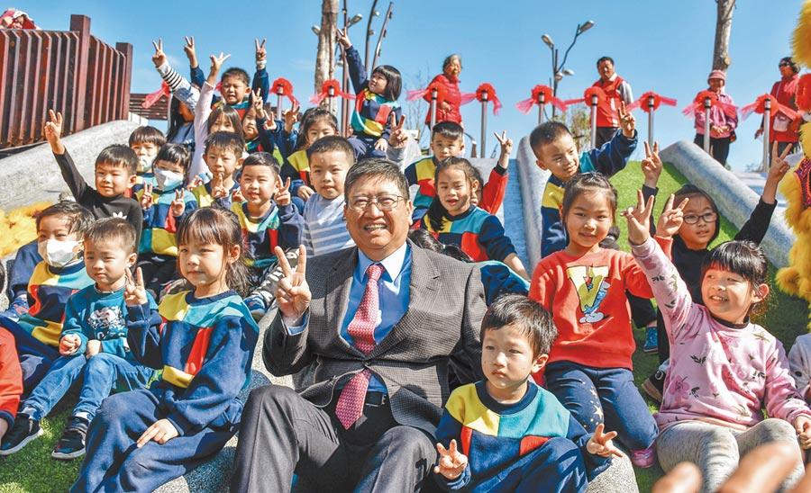 新竹縣長楊文科提出「新增50所幼兒園」的政策承諾,全縣準公幼園在109新學年將增加到32所。(羅浚濱攝)