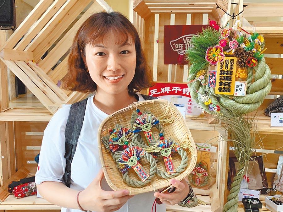 喜妹娜哇稻草藝品館第3代負責人、工藝師蔡佩汶,不僅傳承稻草編織技術,並將注連繩傳統產業與文化發揚光大。(何冠嫻攝)