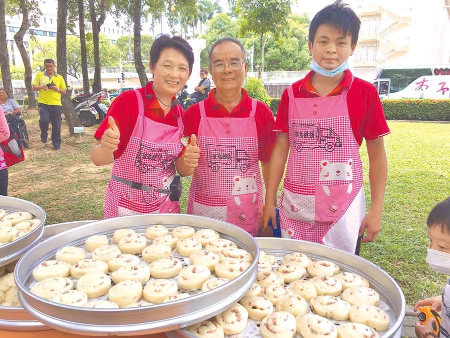 林波(中)、靳寶儀(左)夫妻與兒子(右)環島教做饅頭,到各地分享愛。(廖素慧攝)