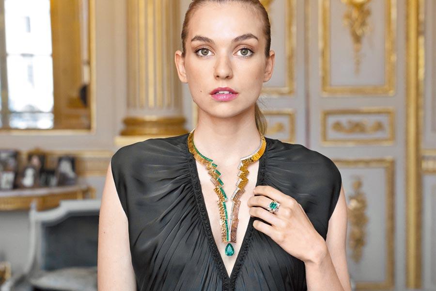 CHAUMET發表黃金打造的Skyline項鍊,祖母綠與鑽石以不對稱的方式彼此對比呼應。(CHAUMET提供)