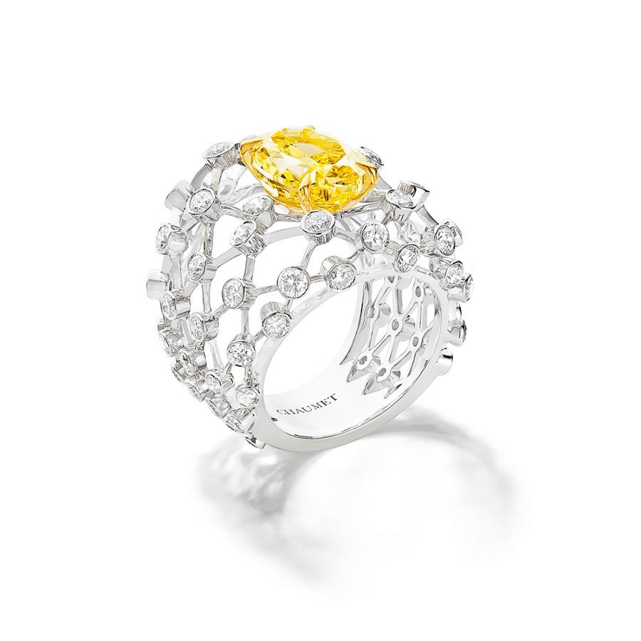 CHAUMET年度新品Lacis戒指,採用「刀鋒工藝(fil couteau),主石猶如懸浮半空中。(CHAUMET提供)