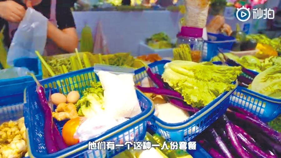 杭州農貿市場王大姐推出籃裝的獨食套菜。(影片截圖自微博@都市快報)