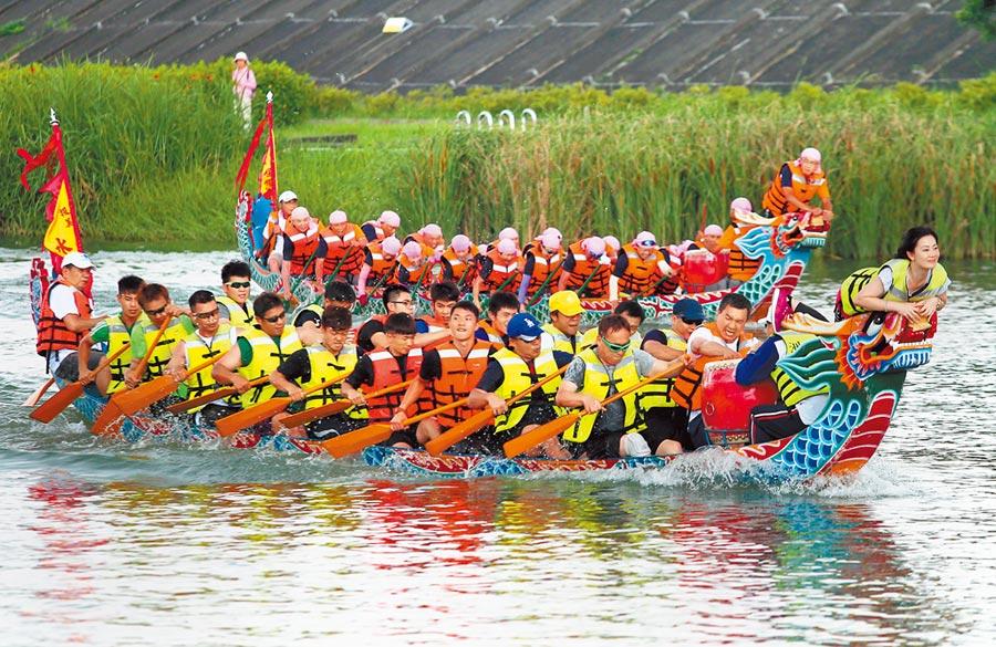 2016年6月,台灣唯一以屈原為主神的寺廟,北投區洲美里的屈原宮,在端午節時以傳統龍舟競技慶祝。(本報系資料照片)