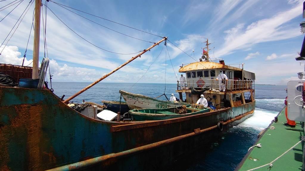 大陸漁船闖東沙島違法捕撈。(圖/海巡署提供)