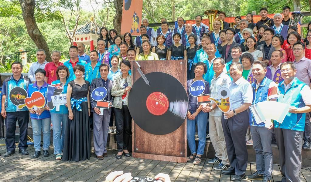 縣文化局8月1日將在鄧雨賢音樂文化公園舉辦「夏夜˙三線情」音樂晚會,27日邀鄧雨賢後代家族「轉唱片」熱鬧開幕。(羅浚濱攝)