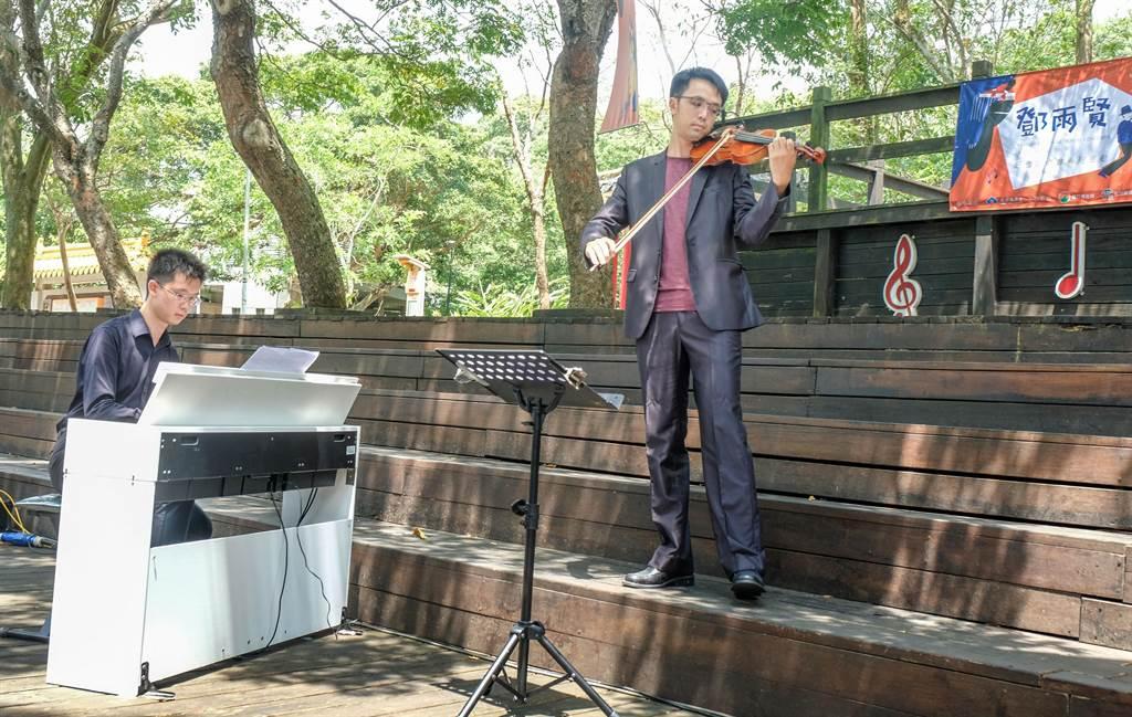 鄧雨賢外曾孫趙奕喬(右)和趙奕翔(左) 兄弟,在音樂會開幕式以小提琴與鋼琴合奏「十八姑娘」。(羅浚濱攝)