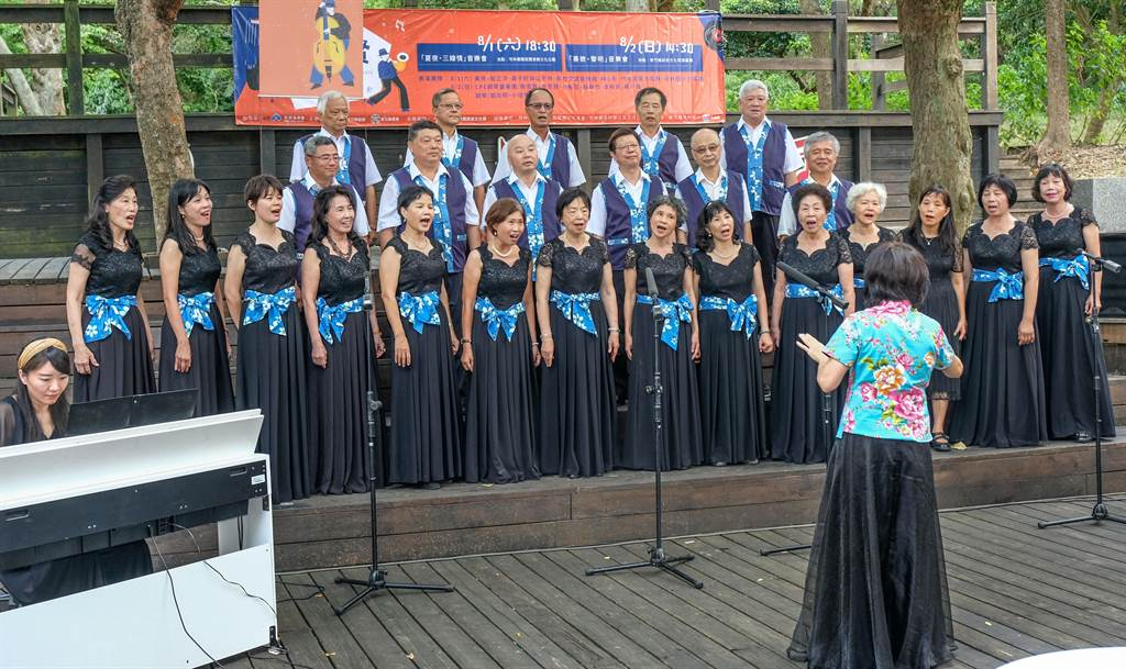 竹友混聲合唱團優美動人的歌聲演唱鄧雨賢的作品「十八姑娘」。(羅浚濱攝)