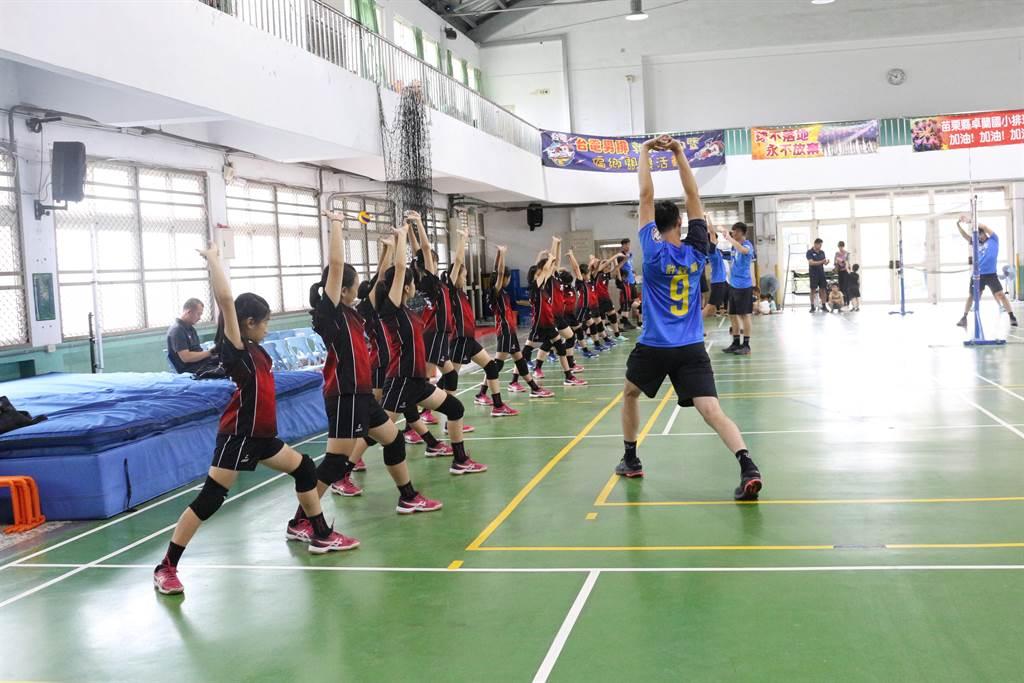 卓蘭發電廠邀請台電男排28日到卓蘭國小體育館舉辦排球夏令營,推廣排球運動向下紮根。(巫靜婷攝)