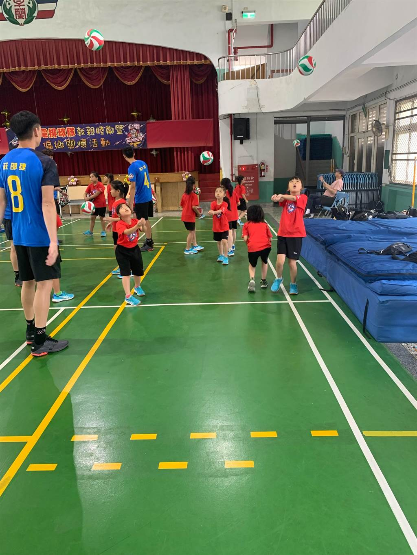 卓蘭發電廠邀請台電男排28日到卓蘭國小體育館舉辦排球夏令營,推廣排球運動向下紮根。(台電男排提供/巫靜婷苗栗傳真)