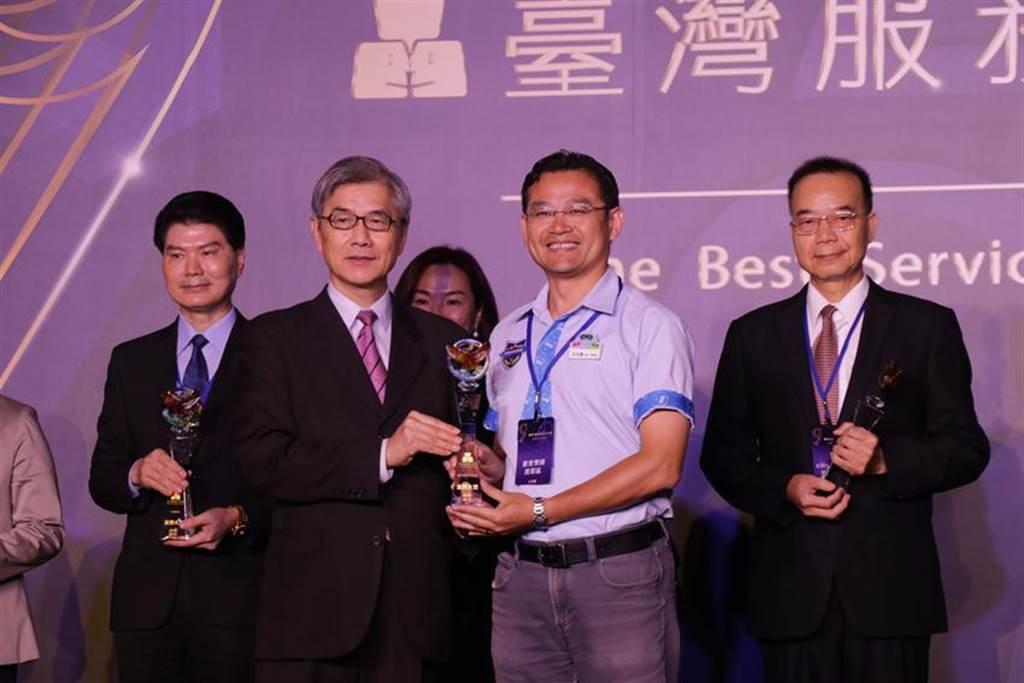 麗寶樂園園長王永豪(右二)開心上台領取金牌獎。圖/麗寶提供