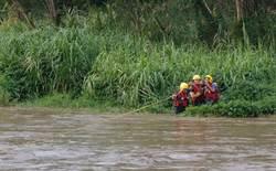 老翁種菜受困鳳山溪沙洲 消防員渡河救上岸