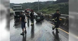 聯結車天雨路滑失控自撞護欄 前輪噴飛駕駛幸無礙