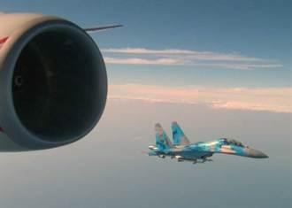 烏克蘭Su-27護送美國P-8A巡邏機飛越黑海