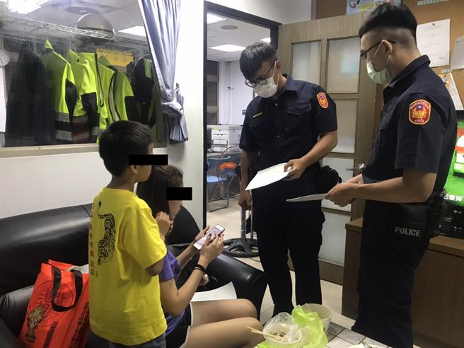 樹林分局熱心暖警,助迷途身障7歲兒童找尋慈母。(新北市樹林分局提供/張睿廷新北傳真)