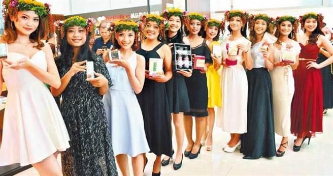 瑪家鄉紅藜親善公主選拔賽,佳麗們拿著紅藜產品,為地方產業行銷。(攝影/中國時報林和生)