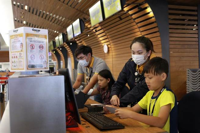 台灣虎航首度推出的「台虎航空體驗營」,內容包括認識機場第一線的地勤及運務同仁工作內容。(台虎提供)