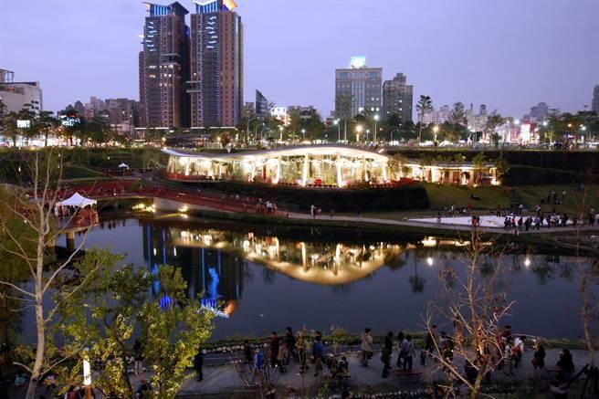 台中市七期黄金地段的秋红谷生态公园,位在寸土寸金的蛋黄区,堪称为台中市「最贵」的公园。(卢金足摄)
