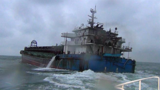 大陸籍抽砂船「振大968號」去年10月非法於馬祖莒光海域盜採砂石,遭海巡署艦隊分署第十(馬祖)海巡隊查緝。(馬祖海巡隊提供)