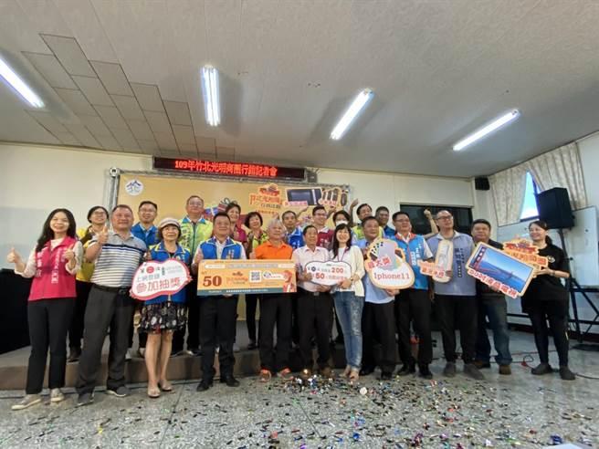 為了帶動竹北市光明商圈經濟,竹北市公所舉辦行銷活動,民眾於活動時間內,於特約限定商家消費,即有機會獲得消費抽獎券。(莊旻靜攝)