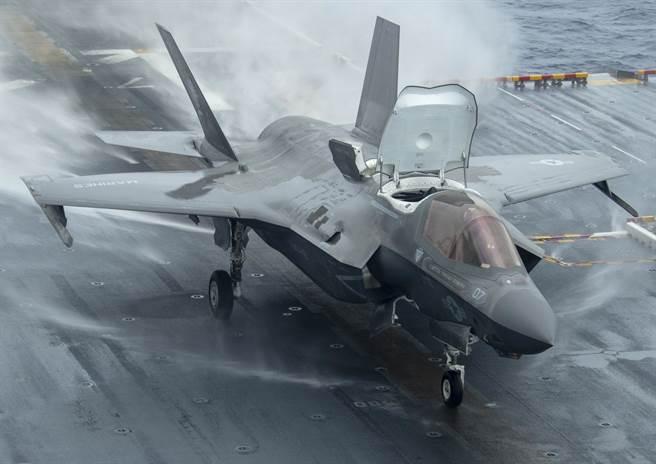1架F-35B戰機準備從兩棲突擊艦「美利堅」號(USS America,LHA 6)上起飛的畫面。(美國海軍)