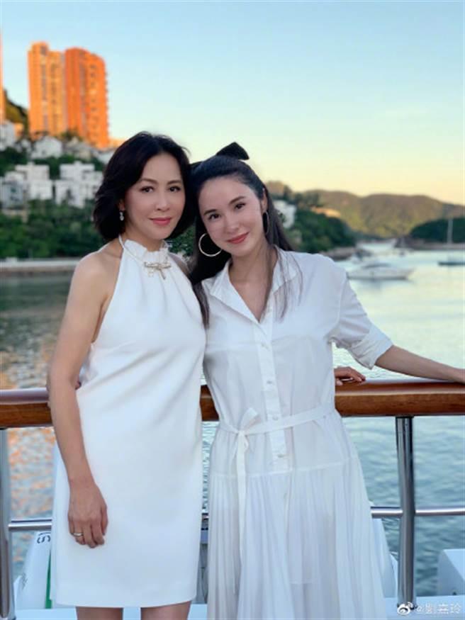 劉嘉玲(左)與友人合影。(圖/摘自微博@劉嘉玲)