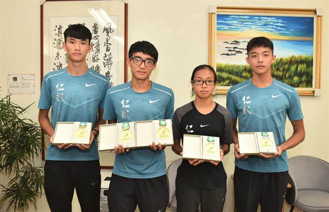 高雄市仁武高中的長跑團隊在2020年全中運表現出色,左起為陳德潭、黃祥維、鐘巧懿、林御嘉。(林瑞益攝)