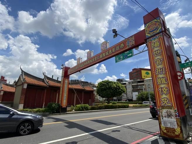 為了盛大迎接彰化城隍爺出巡,彰化古城四大古城門所在位置,已完成牌樓搭建。(謝瓊雲攝)