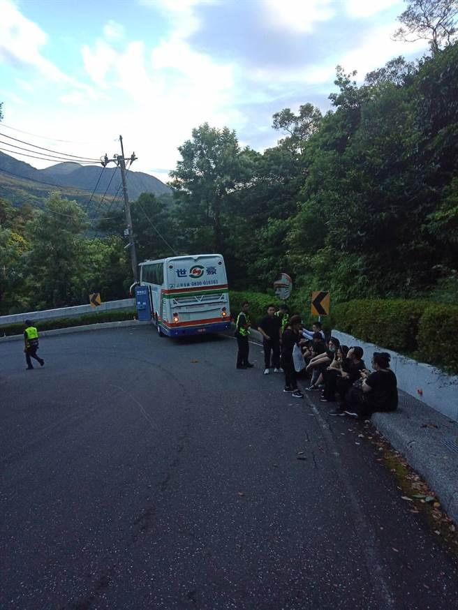 陰氣太重?參觀靈骨塔下山 遊覽車剎車失靈撞山壁 9人受傷。(戴上容翻攝)