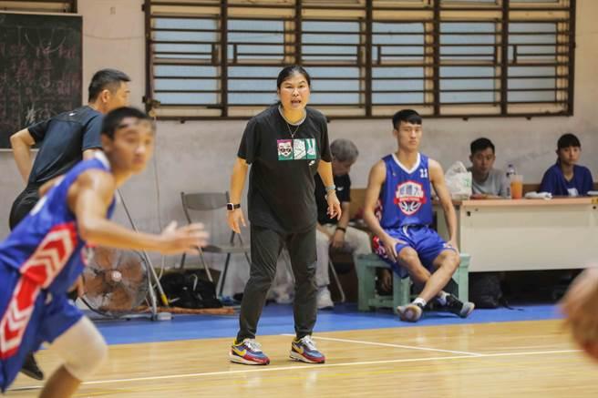 被球員暱稱「田媽」的女教練田本玉(中),是台灣體大男籃隊新任總教練。(王輝盃大會提供)